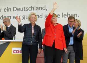 Angela Merkel zusammen mit Astrid Damerow auf der Bühne.
