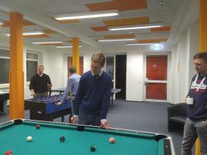 JU NF an Billiardtisch, im Hintergrund Tischkicker