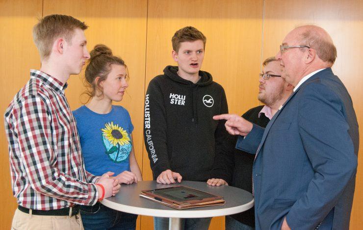 Die 5 Jugendorganisationen mit Landrat Harrsen im Kreishaus.